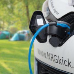 Elektrische auto opladen op de camping